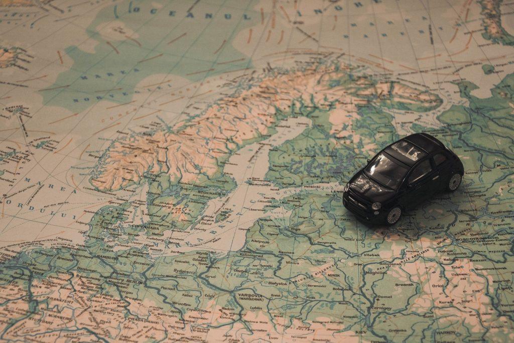Plusy i minusy podróży samochodem na wakacje za granicą | AtrakcjeNaWakacje.pl